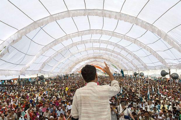Rajagopal speaking to 25,000 people, Janadesh 2007, India ©Ekta Parishad